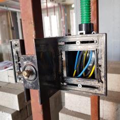 조적공사용 전기 박스 지지 철물